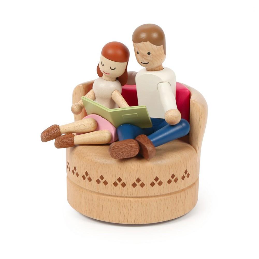Caja musical madera regalo pareja en el sofa