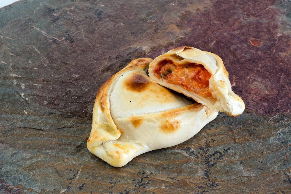 Empanada de tomate mozzarella albahaca mediana Unidad 120 Grs aprox.