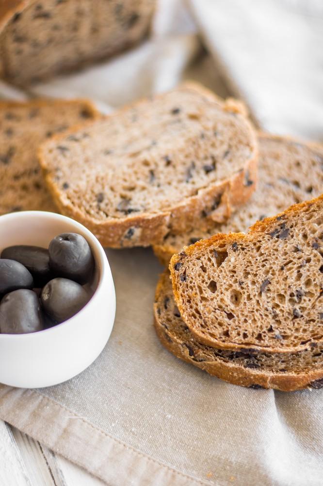Pan de molde integral aceitunas y masa madre