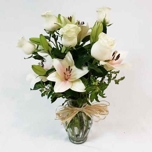 Fino Florero de rosas y liliums  ( Flores Naturales ) Rosas y lilium. 40 cms.   (Tonos podrían variar según disponibilidad en temporada)  ( Flores Naturales )
