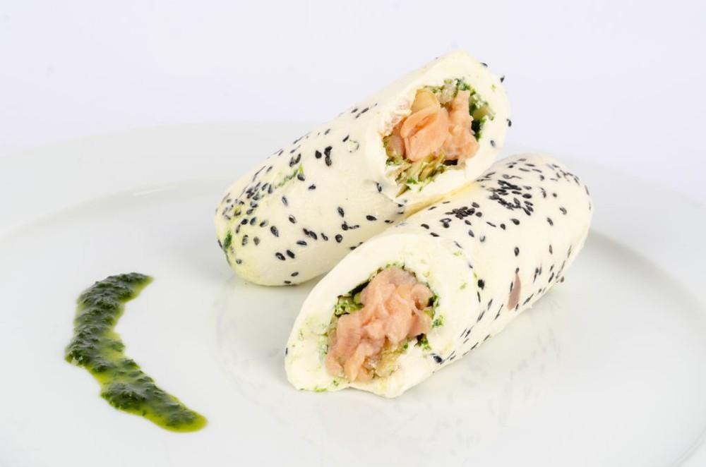 Rollo de queso Filadelfia relleno de salmón ahumado y pesto de perejil