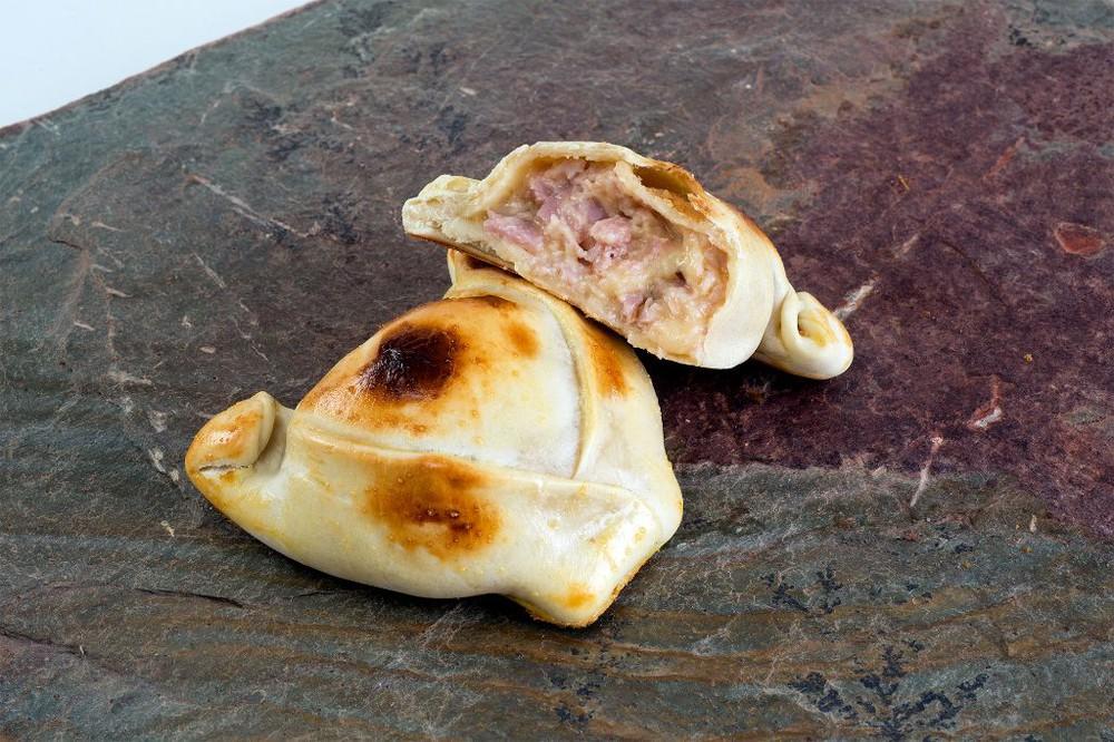 Empanada de jamón queso mediana 120 gramos aprox