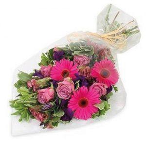 Bouquet de mano en tonos rosados, con gerberas y rosas largo 60 cms x 30 cms