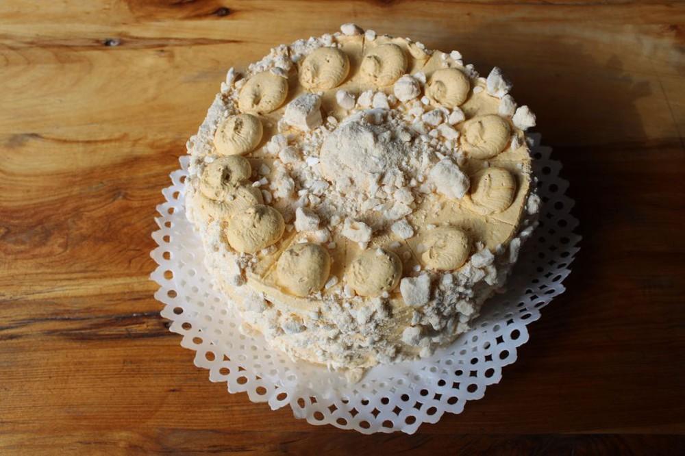 Torta merengue lucuma. Caja tortas.