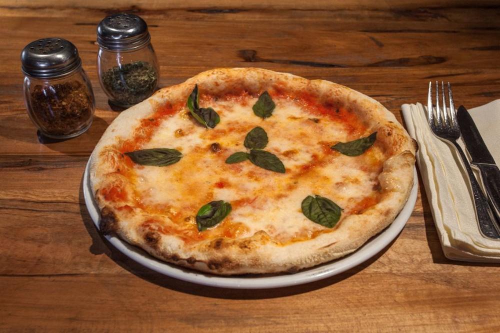 Pizza margherita. salsa de tomates, mozzarella fior di latte y albahaca. Caja pizza 30cm.