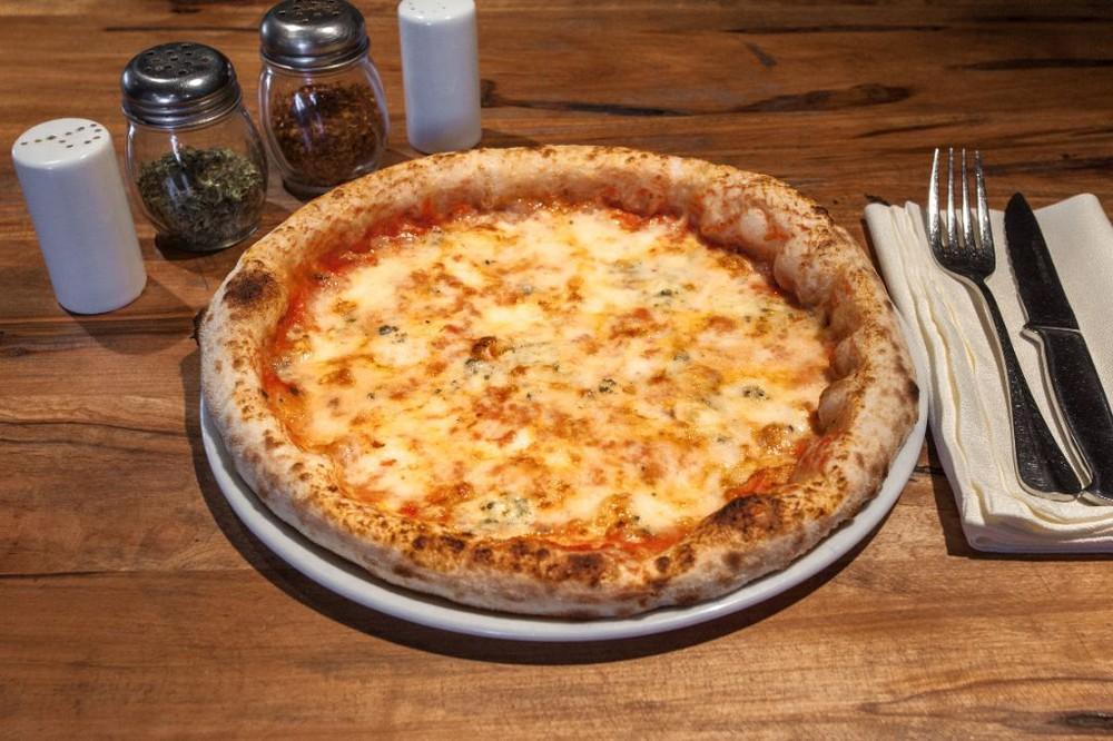 Pizza quattro formaggi. salsa de tomates, mozzarella fior di latte, parmesano, gruyere y queso azul. Caja pizza 30cm.