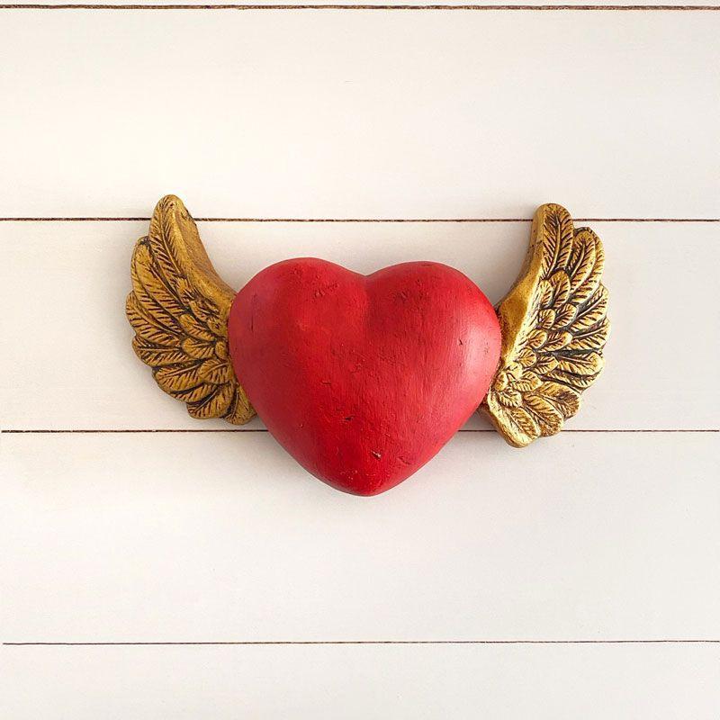 Corazón guatón rojo con alas doradas