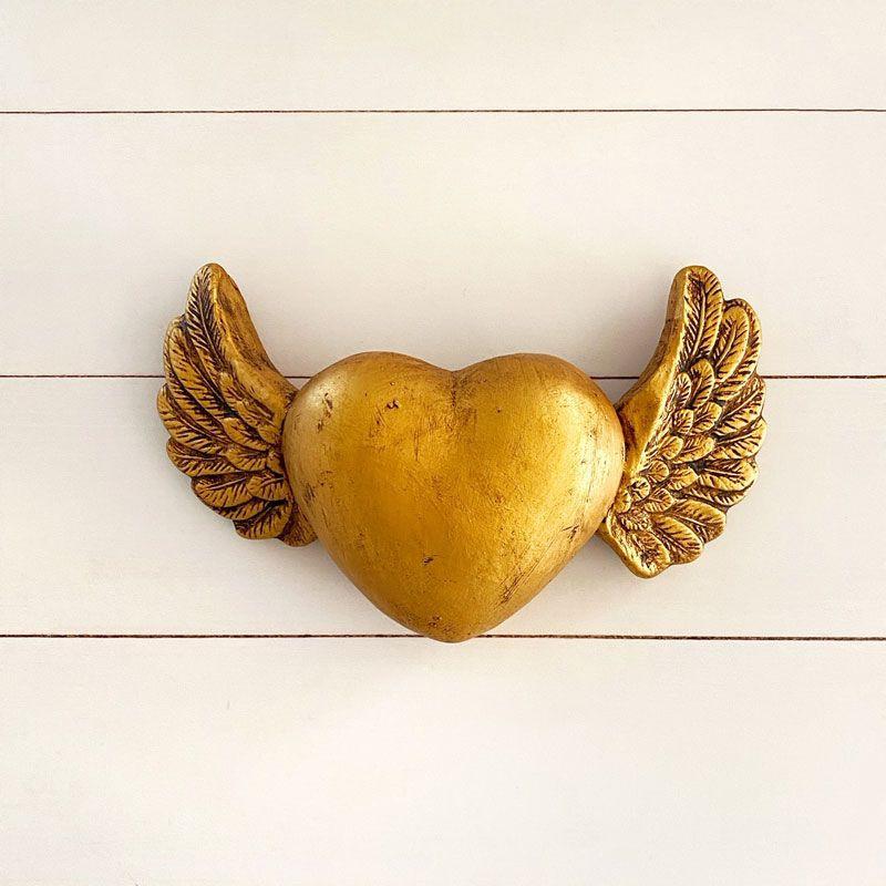 Corazón guatón dorado con alas