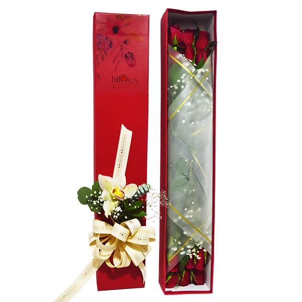 Caja roja de rosas