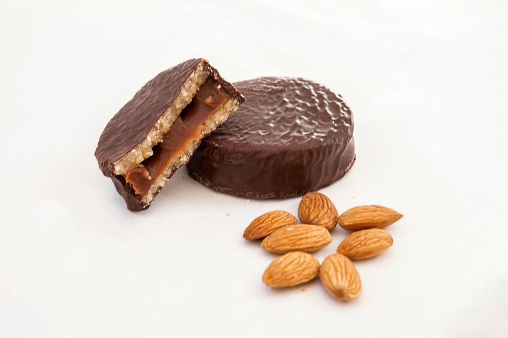 Alfajor 50 gr. mazapán de almendra, manjar y chocolate belga Unitario