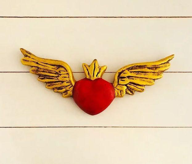 Corazón rojo detente alas doradas