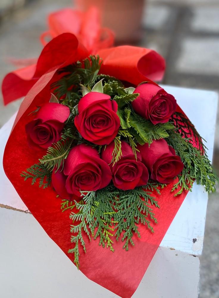 Simple amor rojo 6 rosas envueltas en papel