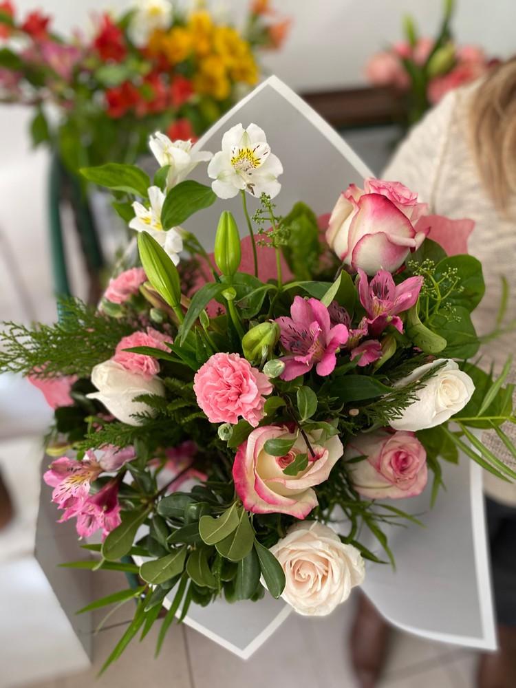 Ramo Galgo 12 flores envueltas en papel elegante