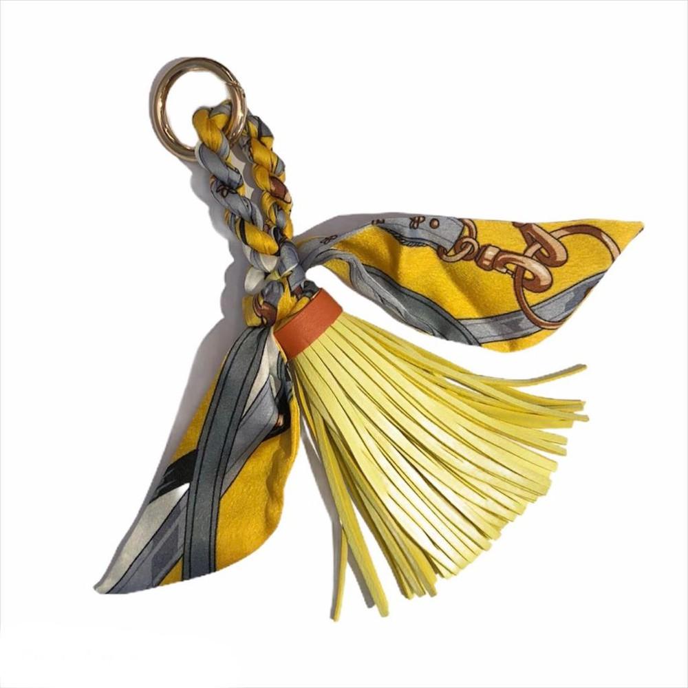 Llavero con pompón y pañuelo amarillo
