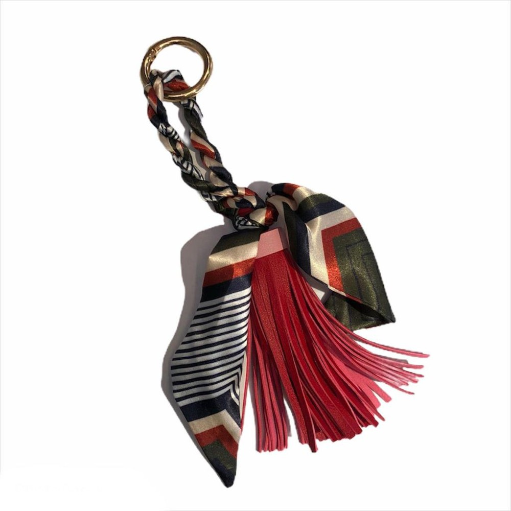 Llavero pompón y pañuelo rojo