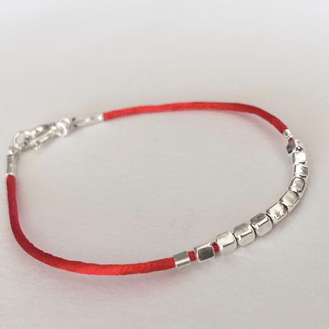 Pulsera roja con mostacillas de plata 17cm de largo