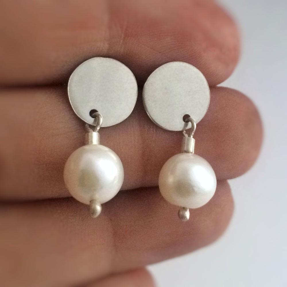 Aro plata y perla natural 2 cm de largo