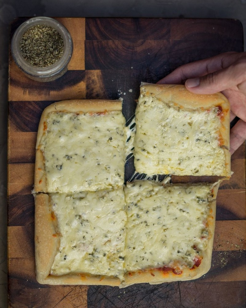 Pizza cuatro quesos vegetariana individual 20 x 20 cm aprox