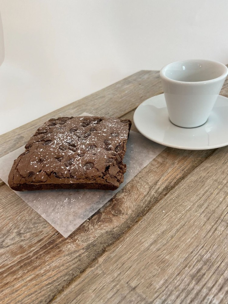 Brownie square with chocolate chips. 6.9 oz.
