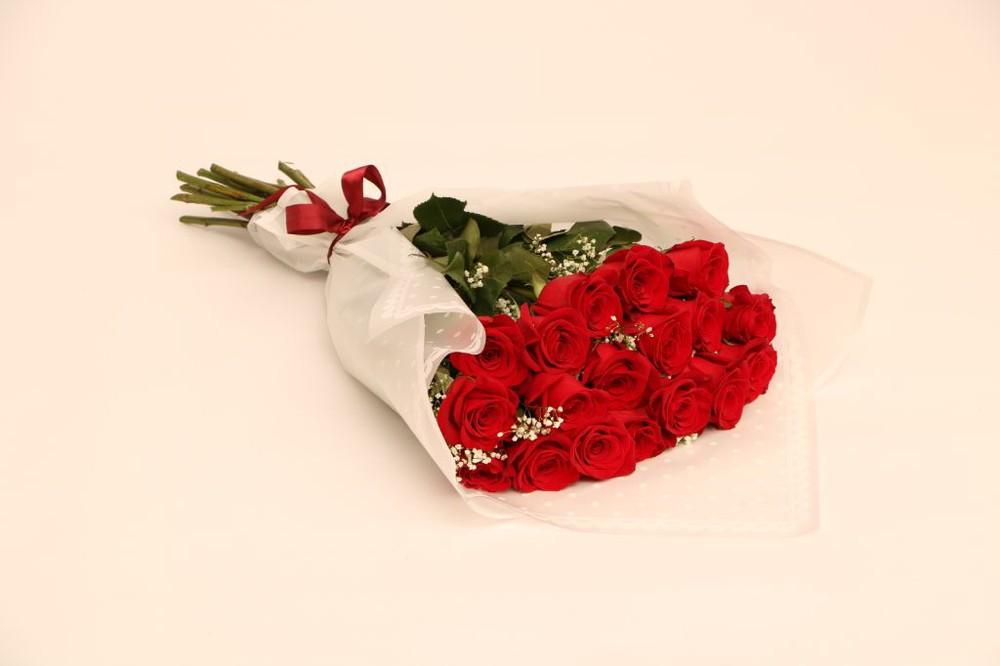 Enamorado 18 rosas envueltas en papel