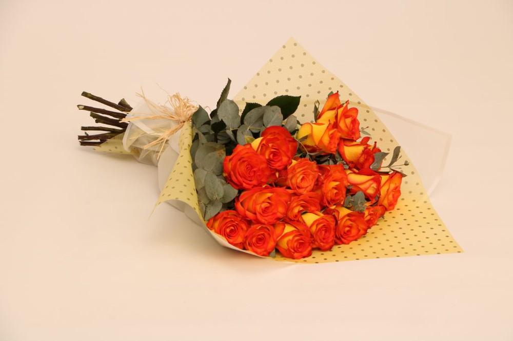 Otoñal 15 rosas envueltas en elegante papel
