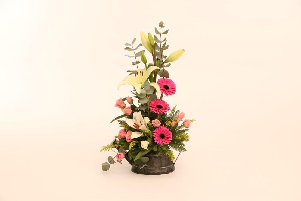 Regadera gris 20 flores arregladas en base de zinc
