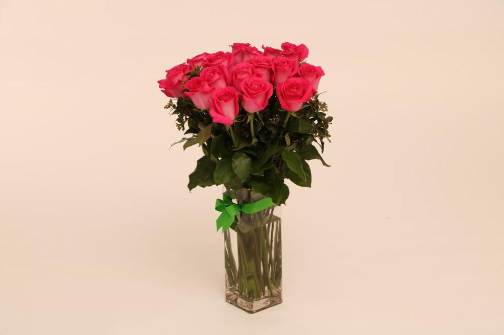 Intenso 12 rosas en base de vidrio