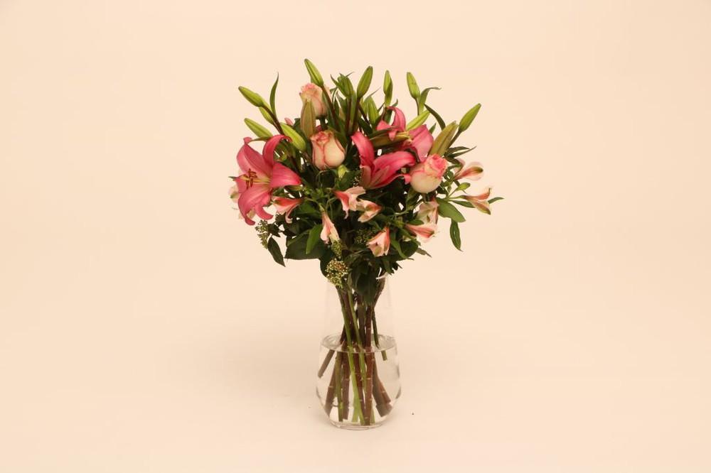 Vibrante 15 flores en florero de vidrio