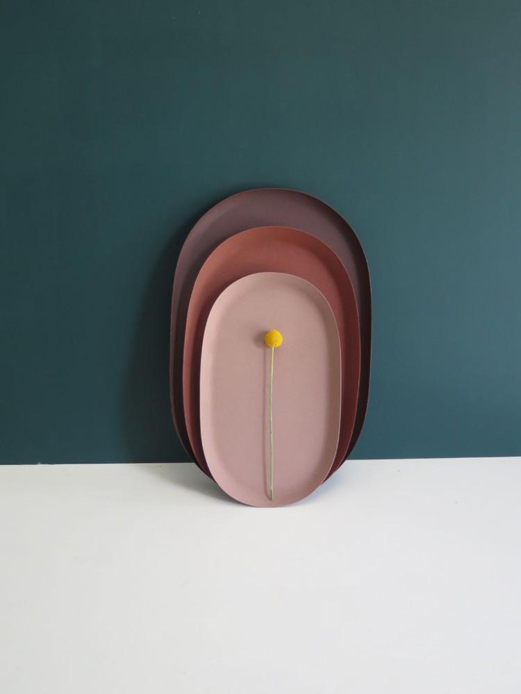 Set bandejas metálicas ovaladas Berenjena: Largo 46 cms  |  Ancho 30 cms  Ladrillo: Largo 40 cms  |  Ancho 26 cms  Rosado Claro: Largo 34.5 cms  |  Ancho  24.5 cms