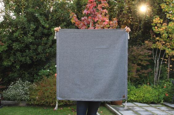 Carpeta juego de paño de lana gris y pompón de lino