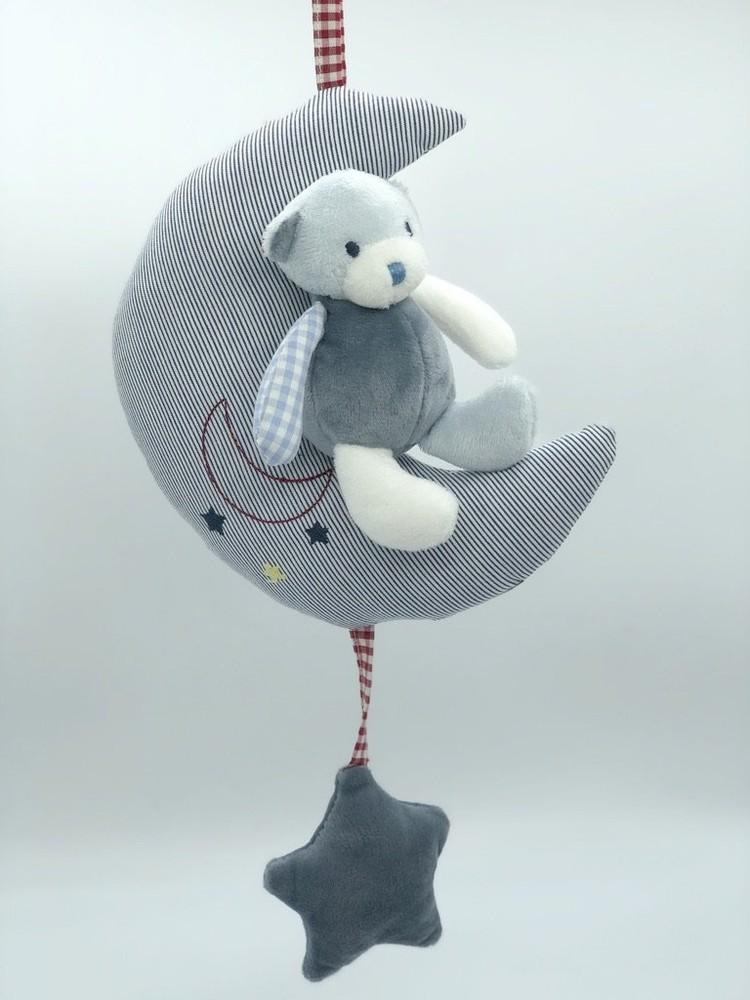 Móvil de oso sentado en luna azul Medidas: Largo:31 cms / Ancho: 17 cms / Profundidad:8 cms  Peso: 58 grms