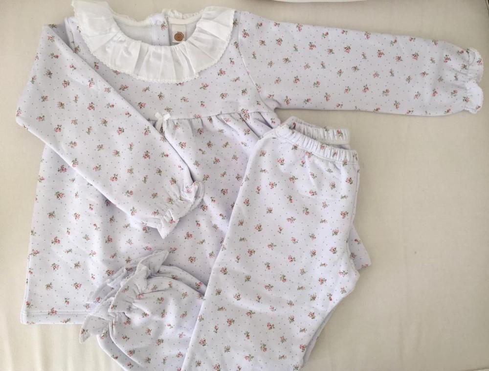 Pijama floreado con cuello
