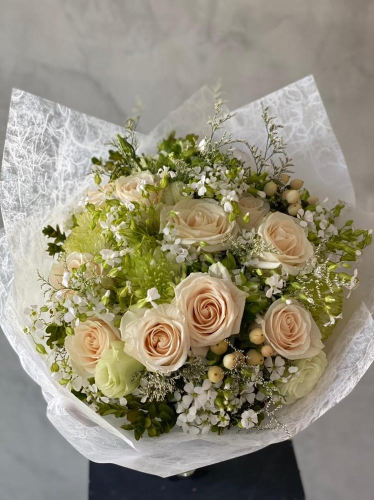 Arreglo floral tonos claros S - 6 rosas