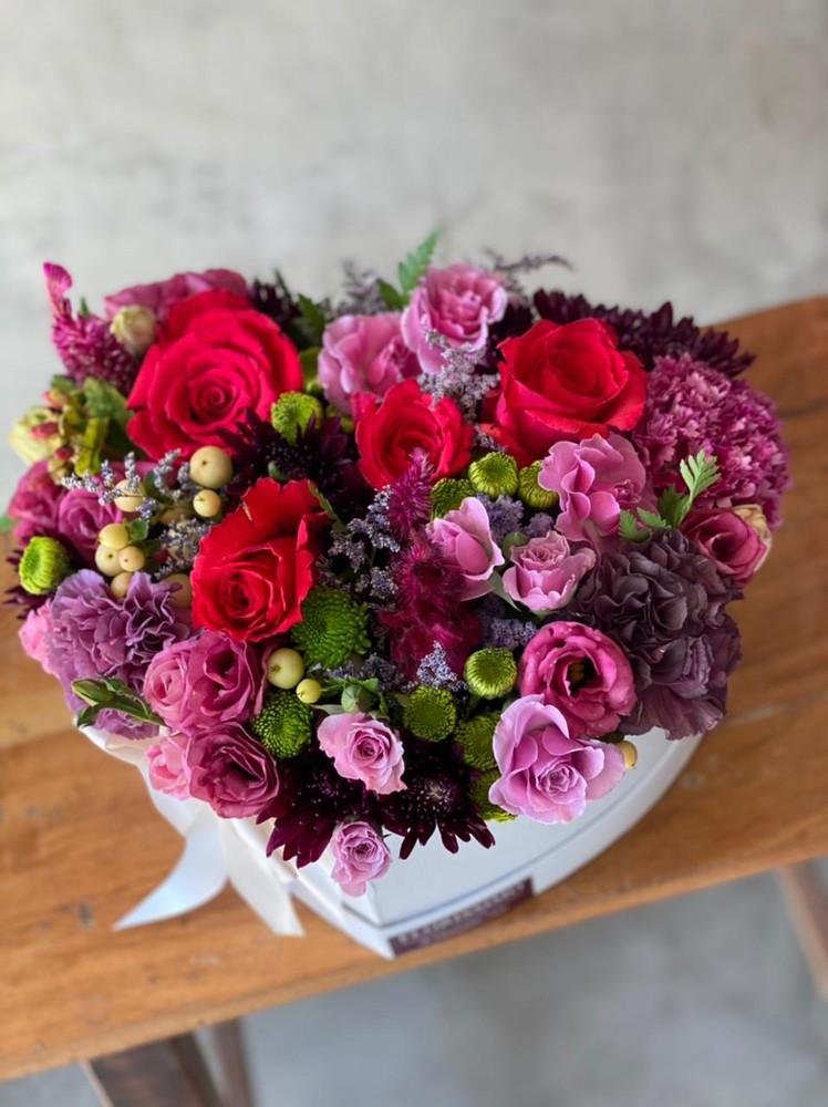 Corazón de flores tonos rosados y rojos M - 6 rosas
