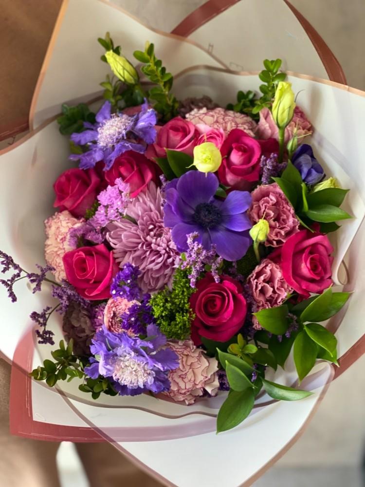 Arreglo floral tonos fucsia/morados M - 8 rosas