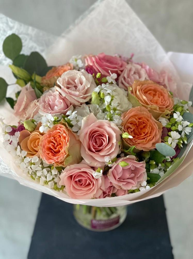 Arreglo floral tonos rosados, damascos, blancos S - 6 rosas