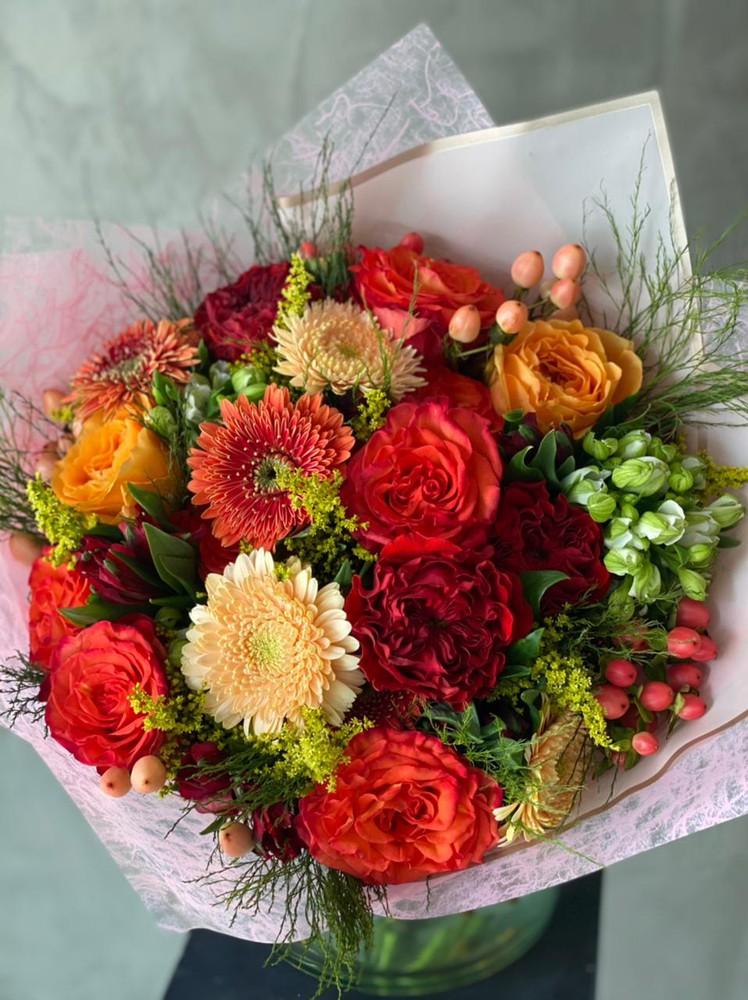 Arreglo floral tonos rojos/naranjos M -8 rosas