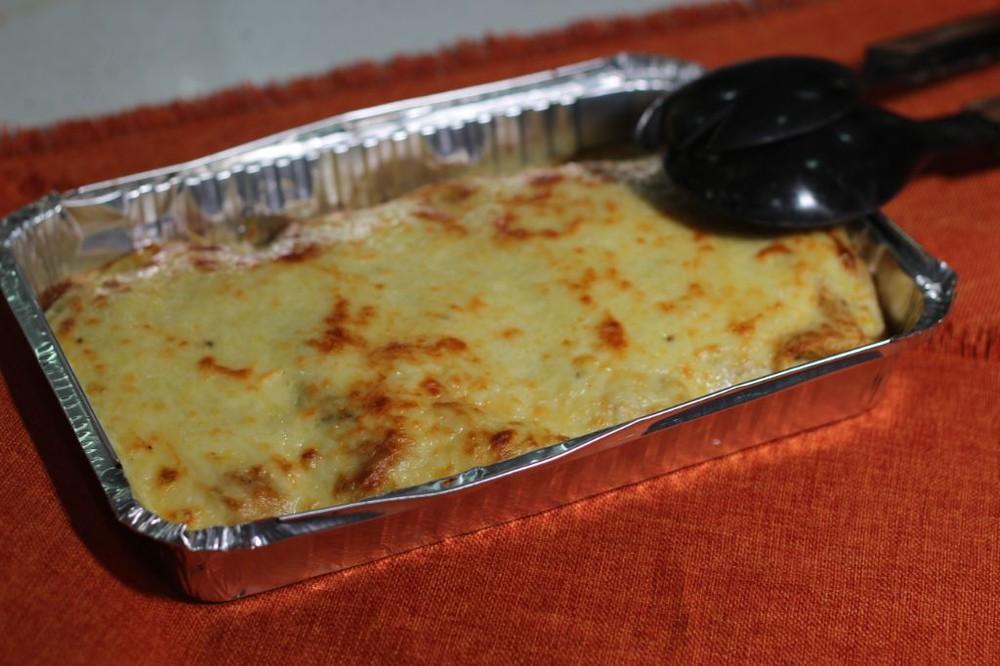 Panqueque con pollo y cebolla acaramelada Bandeja desechable. Contiene 6 unidades.