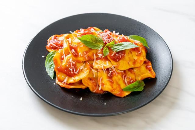 Raviol ricotta espinaca con salsa