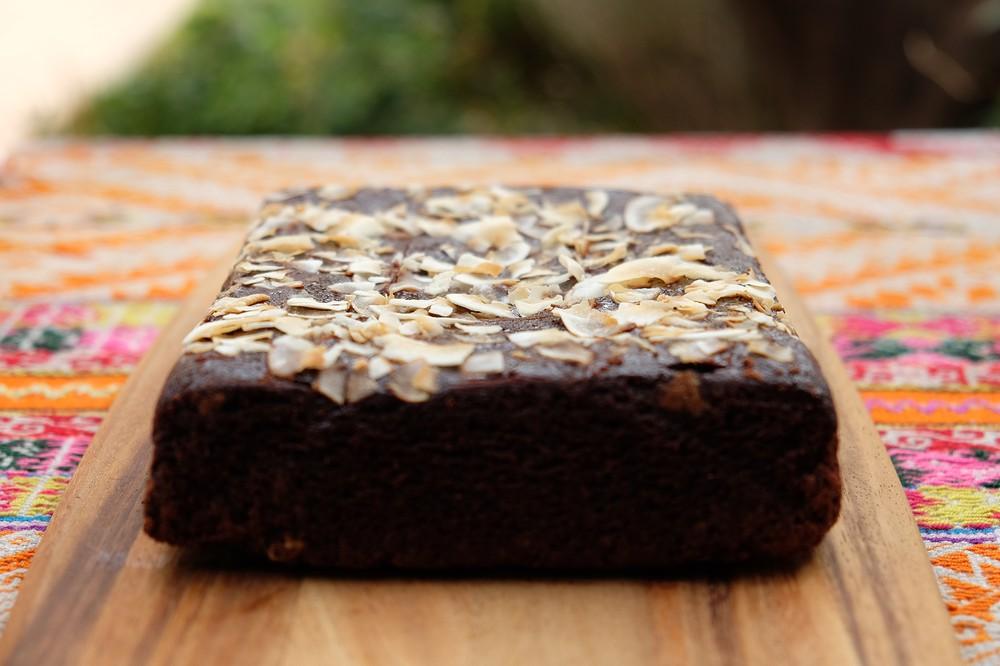 Brownie vegano de chocolate con frambuesas y lonjas de coco. Bloque de 15x20 cms., 975 gramos.