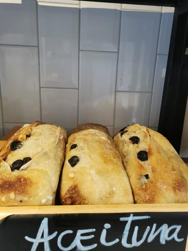 Pan masa madre relleno de aceitunas
