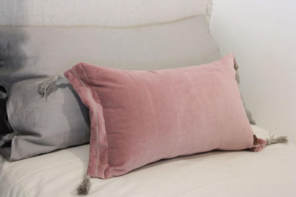 Cojín 55x35 terciopelo pompón rosado
