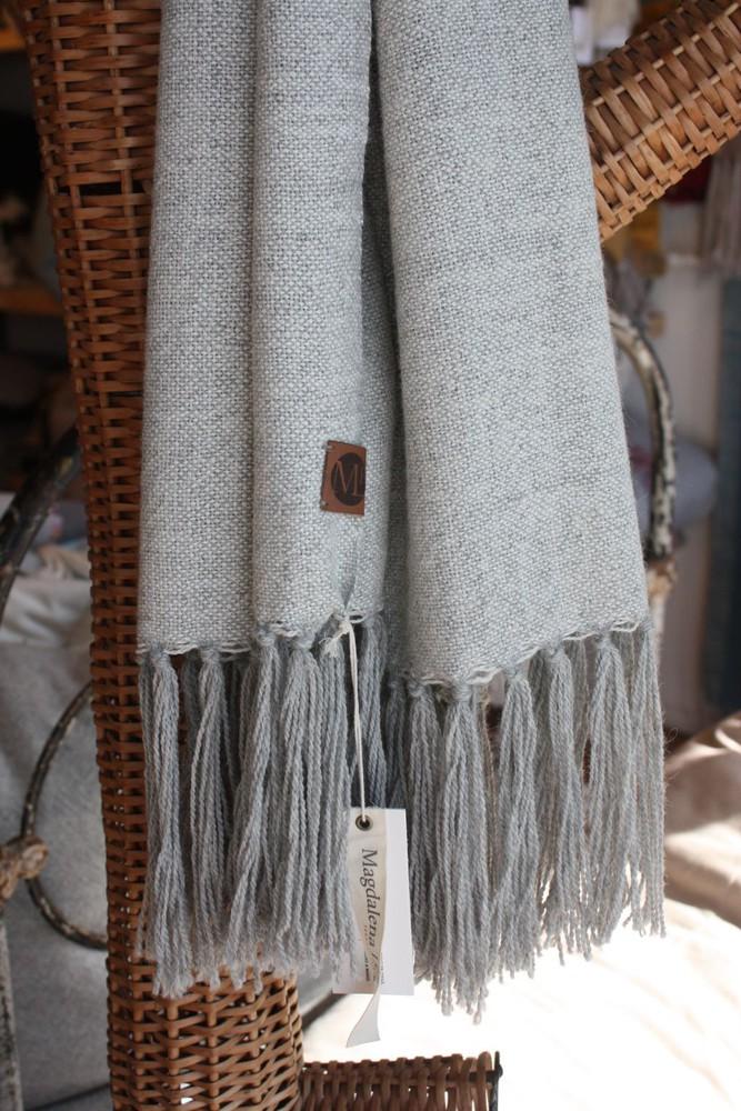 Chal de vestir de alpaca gris y crudo