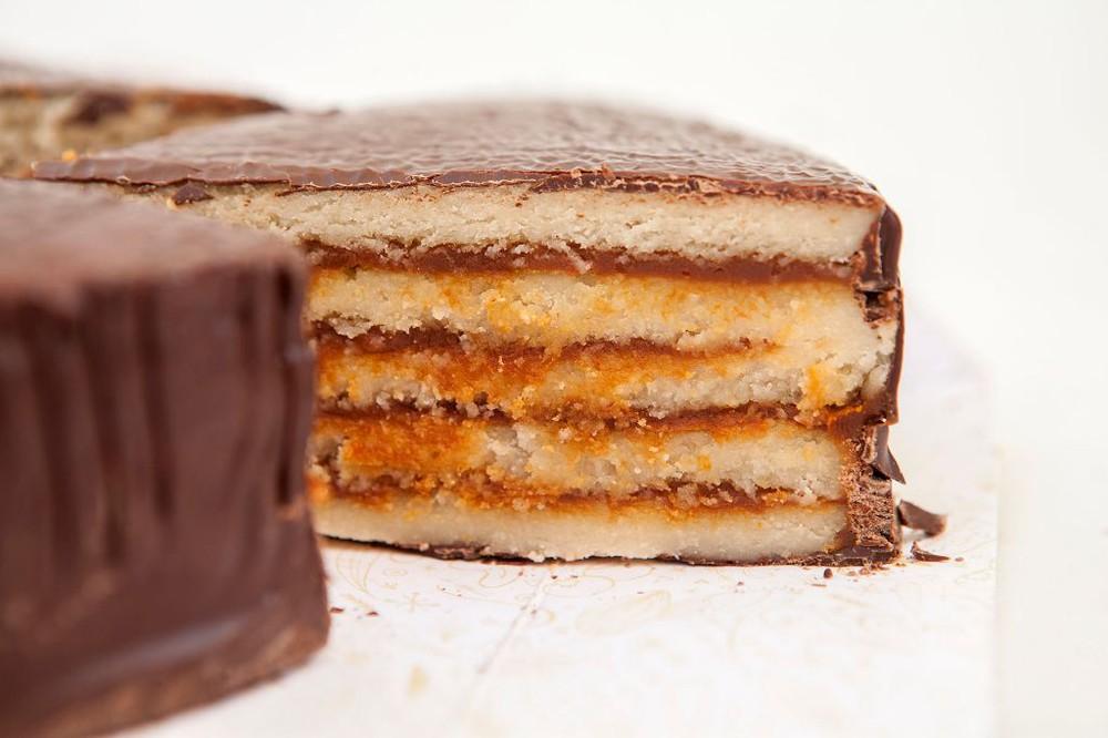 Torta 15p sin azúcar, Mazapán de almendra rellena con manjar y bañada en chocolate belga 15 personas